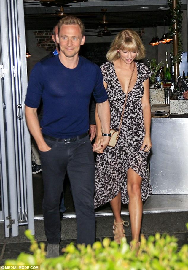 Taylor Swift diện toàn váy áo bình dân đi hẹn hò với Tom Hiddleston - Ảnh 1.