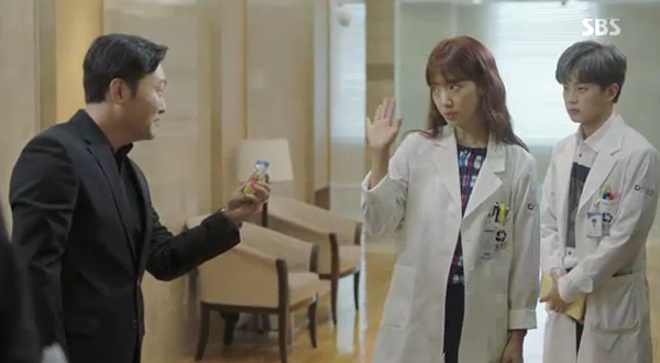 """""""Doctors"""": Park Shin Hye bị kẻ lạ tấn công bất thình lình tại bệnh viện - Ảnh 28."""