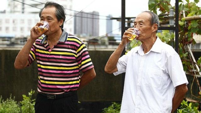 Kỳ lạ cụ ông uống nước tiểu suốt 23 năm - Ảnh 2.
