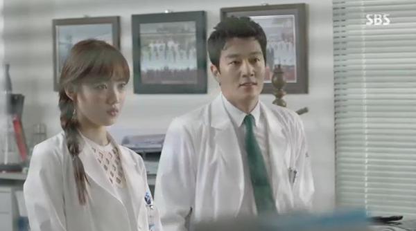 """""""Doctors"""": Park Shin Hye bị kẻ lạ tấn công bất thình lình tại bệnh viện - Ảnh 19."""