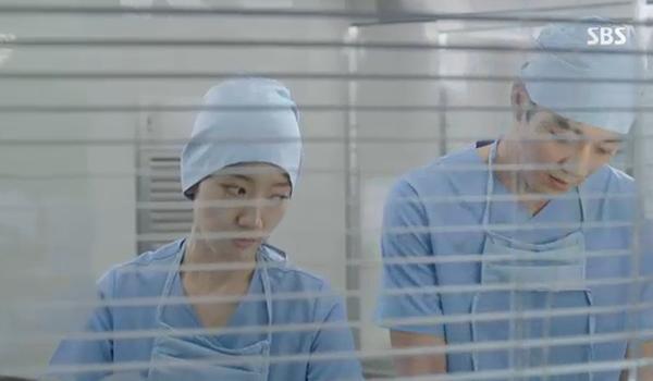 """""""Doctors"""": Park Shin Hye bị kẻ lạ tấn công bất thình lình tại bệnh viện - Ảnh 20."""