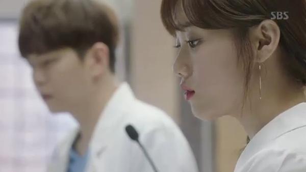 """""""Doctors"""": Park Shin Hye bị kẻ lạ tấn công bất thình lình tại bệnh viện - Ảnh 21."""