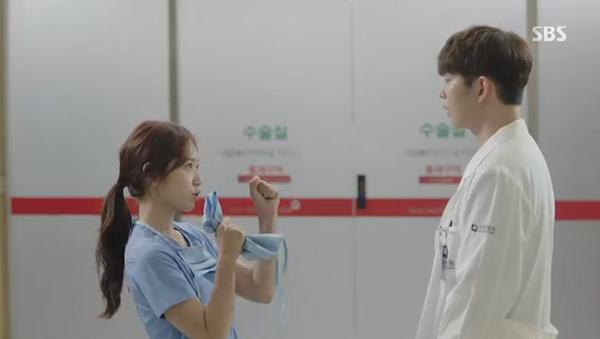 """""""Doctors"""": Park Shin Hye bị kẻ lạ tấn công bất thình lình tại bệnh viện - Ảnh 25."""