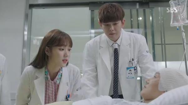 """""""Doctors"""": Park Shin Hye bị kẻ lạ tấn công bất thình lình tại bệnh viện - Ảnh 32."""
