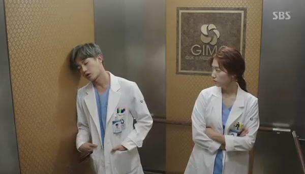 """""""Doctors"""": Park Shin Hye bị kẻ lạ tấn công bất thình lình tại bệnh viện - Ảnh 30."""