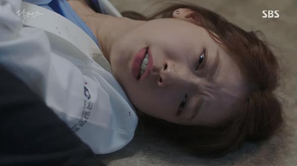 """""""Doctors"""": Park Shin Hye bị kẻ lạ tấn công bất thình lình tại bệnh viện - Ảnh 6."""