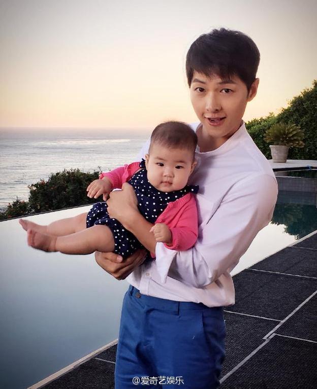 Chương Tử Di khoe ảnh Song Joong Ki bế bồng con gái rượu - Ảnh 1.