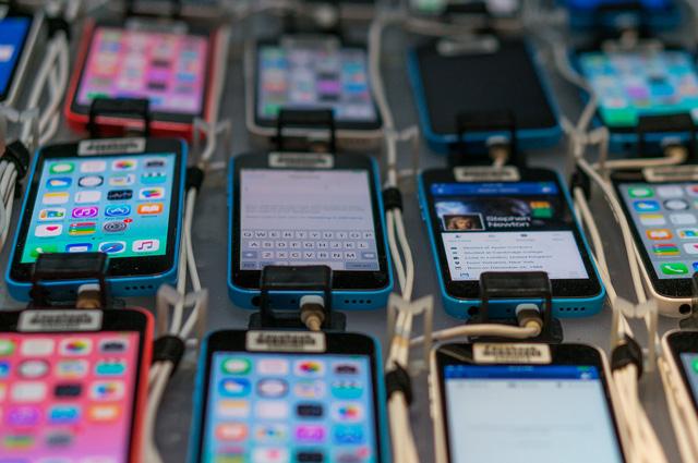 Bên trong căn phòng bí mật chứa 2.000 smartphone thử nghiệm ứng dụng của Facebook - Ảnh 5.