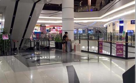 Cảnh tượng phản cảm: Bà mẹ cho con đi vệ sinh vào thùng rác ở Aeon Mall Long Biên - Ảnh 2.