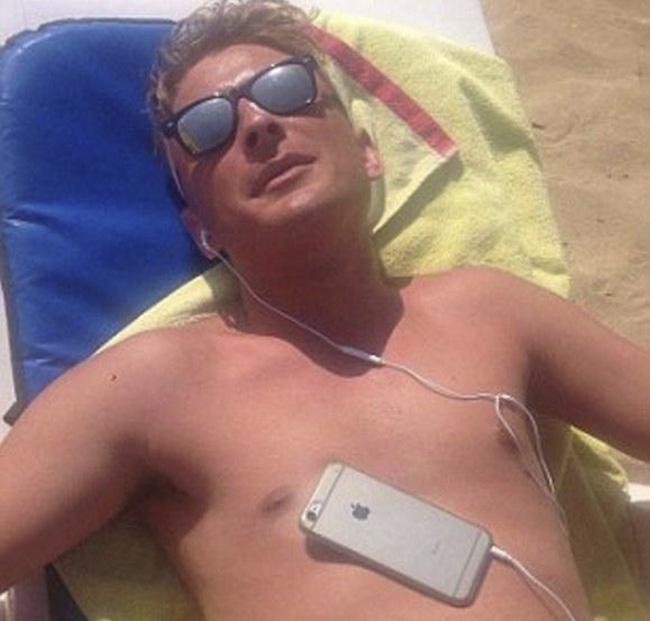 Đi tắm nắng đừng mang iPhone theo nếu không muốn có cái kết như anh chàng này - Ảnh 2.