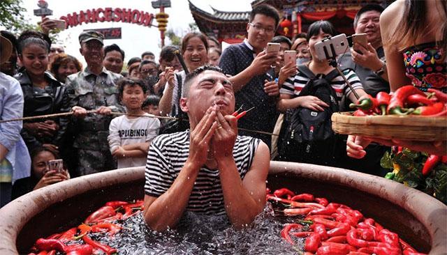 Nóng gần chết nhưng người dân Trung Quốc vẫn nô nức đi thi ăn ớt - Ảnh 2.