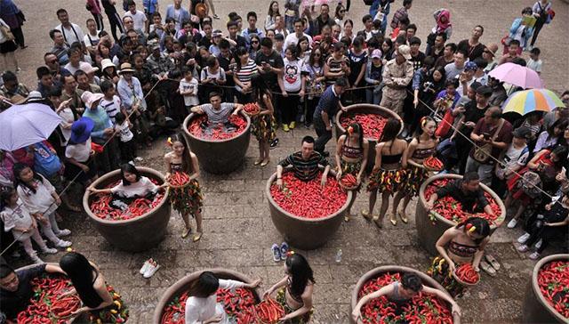 Nóng gần chết nhưng người dân Trung Quốc vẫn nô nức đi thi ăn ớt - Ảnh 1.