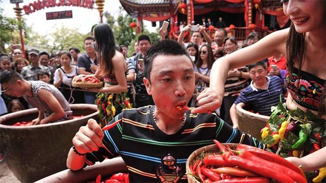Nóng gần chết nhưng người dân Trung Quốc vẫn nô nức đi thi ăn ớt - Ảnh 3.