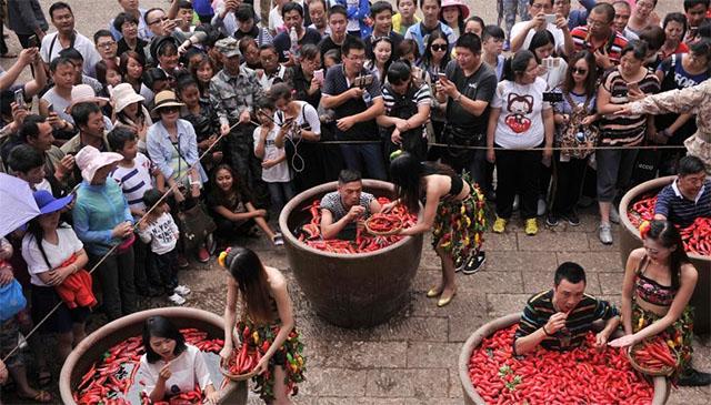 Nóng gần chết nhưng người dân Trung Quốc vẫn nô nức đi thi ăn ớt - Ảnh 4.