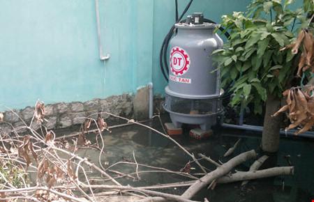 Kinh hãi nước thải của 1 doanh nghiệp có giòi bò lúc nhúc - Ảnh 1.