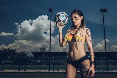 Bỏng mắt với dàn người mẫu Việt cổ vũ tuyển Đức
