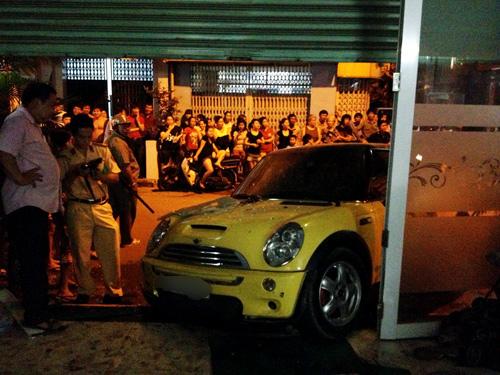 Ca sĩ Nguyên Vũ lái xe tông vào nhà dân 9