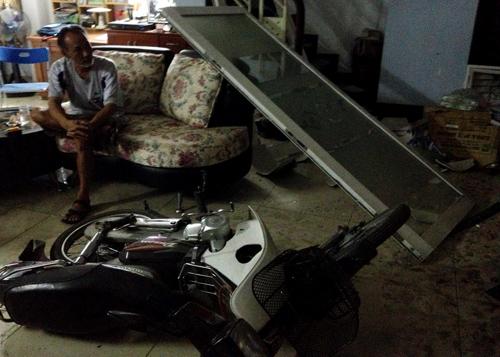 Ca sĩ Nguyên Vũ lái xe tông vào nhà dân 13