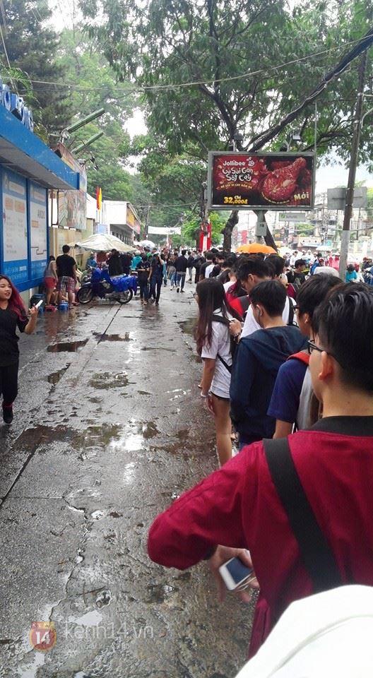 Hơn 1000 bạn trẻ yêu giày sneaker nữ tại hcm xếp hàng rồng rắn để tham gia festiva10l