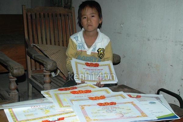 Cậu bé nghèo học giỏi nuôi ước mơ chữa bệnh thận cho mẹ 2