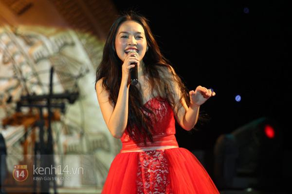 Lâm Chi Khanh, Hương Giang Idol đối lập trên sân khấu 8
