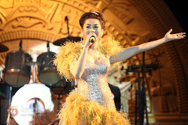 Lâm Chi Khanh, Hương Giang Idol đối lập trên sân khấu 1