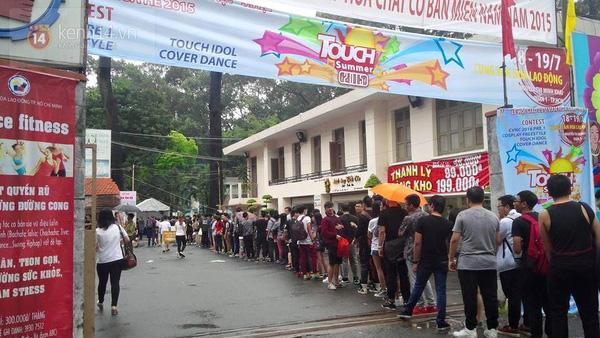 Hơn 1000 bạn trẻ yêu giày sneaker nữ tại hcm xếp hàng rồng rắn để tham gia festiva8l