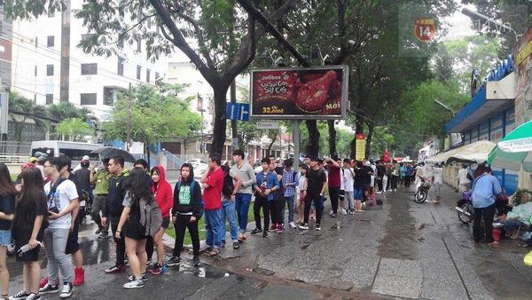Hơn 1000 bạn trẻ yêu giày sneaker nữ tại hcm xếp hàng rồng rắn để tham gia festiva9l