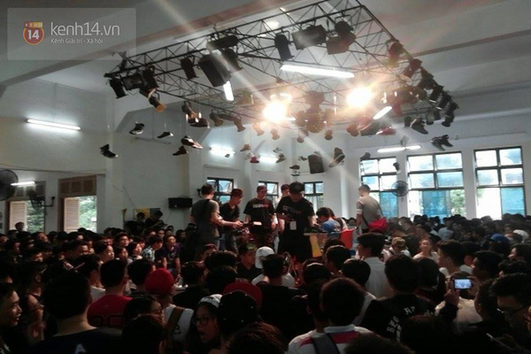 Hơn 1000 bạn trẻ yêu giày sneaker nữ tại hcm xếp hàng rồng rắn để tham gia festiva15l