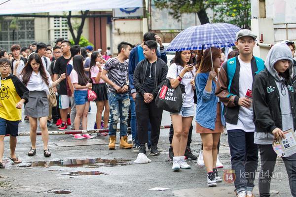 Hơn 1000 bạn trẻ yêu giày sneaker nữ tại hcm xếp hàng rồng rắn để tham gia festiva1l