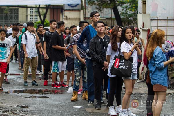 Hơn 1000 bạn trẻ yêu giày sneaker nữ tại hcm xếp hàng rồng rắn để tham gia festiva2l