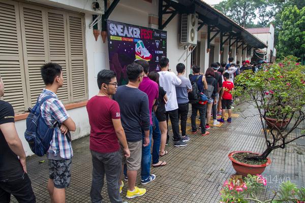Hơn 1000 bạn trẻ yêu giày sneaker nữ tại hcm xếp hàng rồng rắn để tham gia festiva5l