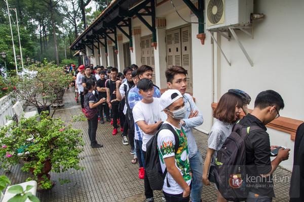 Hơn 1000 bạn trẻ yêu giày sneaker nữ tại hcm xếp hàng rồng rắn để tham gia festiva7l
