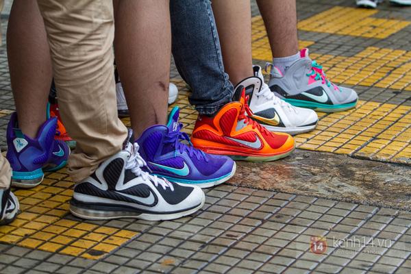 Hơn 1000 bạn trẻ yêu giày sneaker nữ tại hcm xếp hàng rồng rắn để tham gia festiva32l