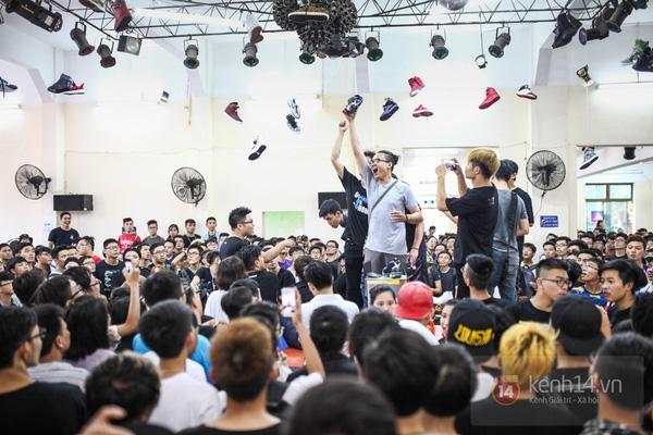Hơn 1000 bạn trẻ yêu giày sneaker nữ tại hcm xếp hàng rồng rắn để tham gia festiva35l