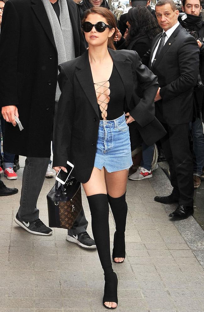 Diện lại boots của Selena Gomez, Tiffany lộ chân gầy tong teo - Ảnh 4.
