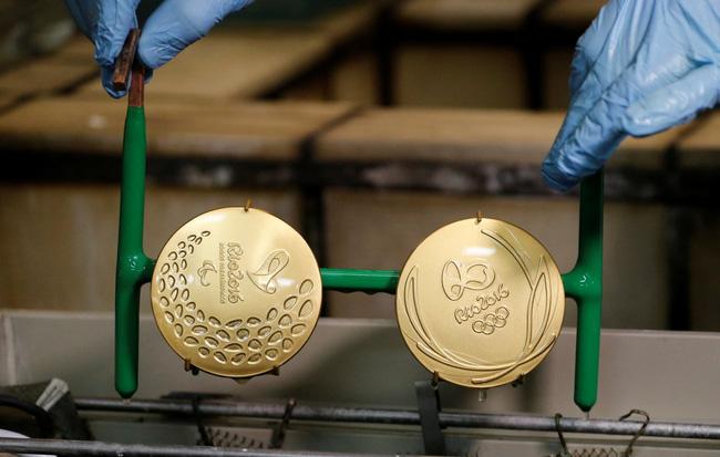 Sắp tới Olympic Rio rồi, có ai thắc mắc người ta đúc huy chương như nào không? - Ảnh 11.
