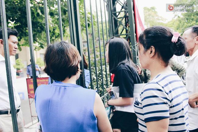 Giấu bố mẹ thi lại Đại học, thí sinh đến muộn 1 tiếng và khóc ngất ngoài cổng trường - Ảnh 1.