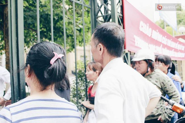 Giấu bố mẹ thi lại Đại học, thí sinh đến muộn 1 tiếng và khóc ngất ngoài cổng trường - Ảnh 4.
