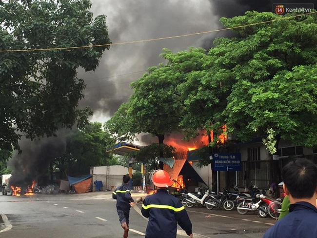 Hà Nội: Cháy dữ dội tại cây xăng ở chợ đầu mối Hoàng Mai - Ảnh 2.