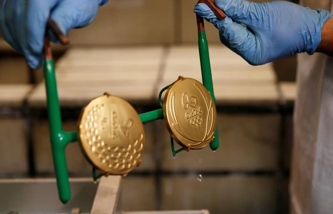 Sắp tới Olympic Rio rồi, có ai thắc mắc người ta đúc huy chương như nào không? - Ảnh 2.