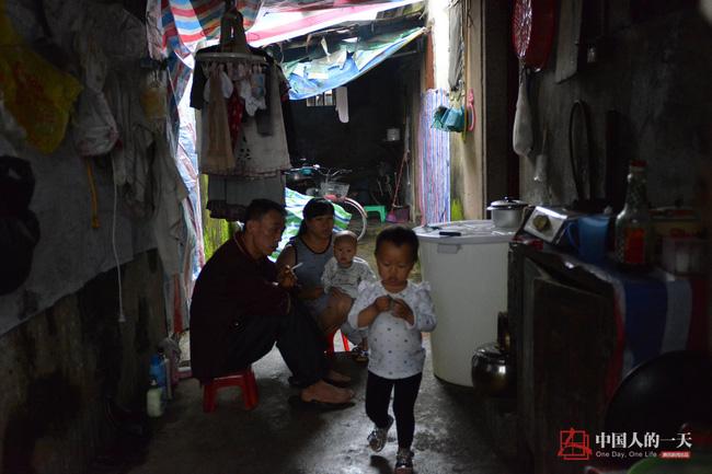 Bức ảnh người mẹ không tay vẫn oằn mình cho con bú lay động hàng triệu trái tim - Ảnh 10.