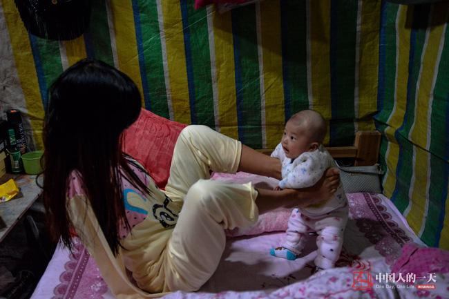 Bức ảnh người mẹ không tay vẫn oằn mình cho con bú lay động hàng triệu trái tim - Ảnh 13.