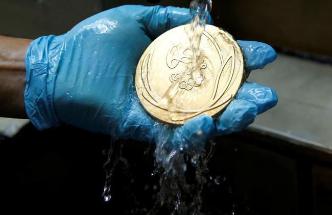 Sắp tới Olympic Rio rồi, có ai thắc mắc người ta đúc huy chương như nào không? - Ảnh 9.