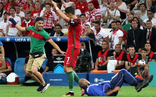 Chạy vào sân ôm Ronaldo, fan cuồng phải trả cái giá rất đắt - Ảnh 2.