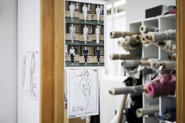 Chanel biến runway thành xưởng may, Châu Tấn là khách mời mặc xấu nhất - Ảnh 10.