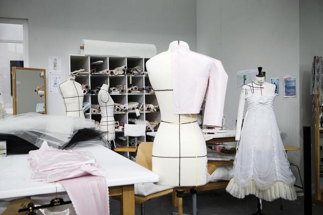 Chanel biến runway thành xưởng may, Châu Tấn là khách mời mặc xấu nhất - Ảnh 11.