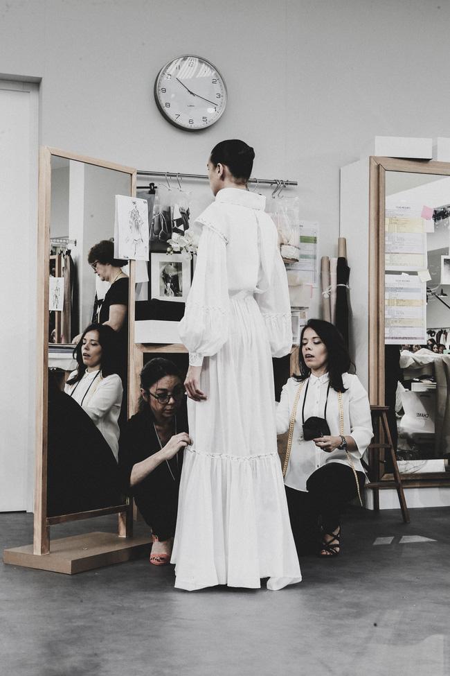 Chanel biến runway thành xưởng may, Châu Tấn là khách mời mặc xấu nhất - Ảnh 13.