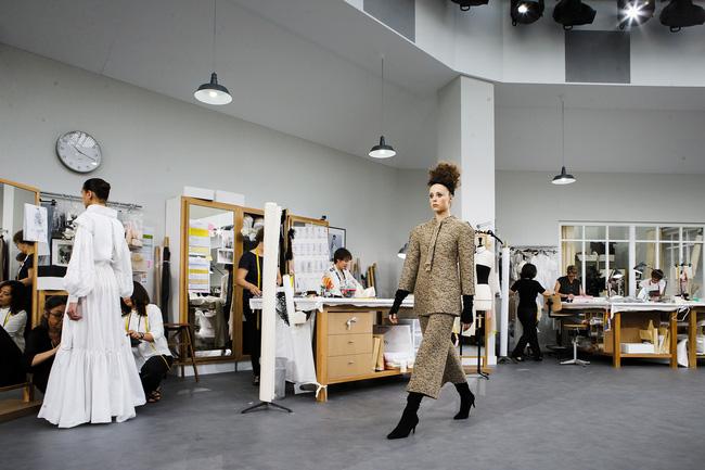 Chanel biến runway thành xưởng may, Châu Tấn là khách mời mặc xấu nhất - Ảnh 14.