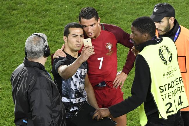 Chạy vào sân ôm Ronaldo, fan cuồng phải trả cái giá rất đắt - Ảnh 3.